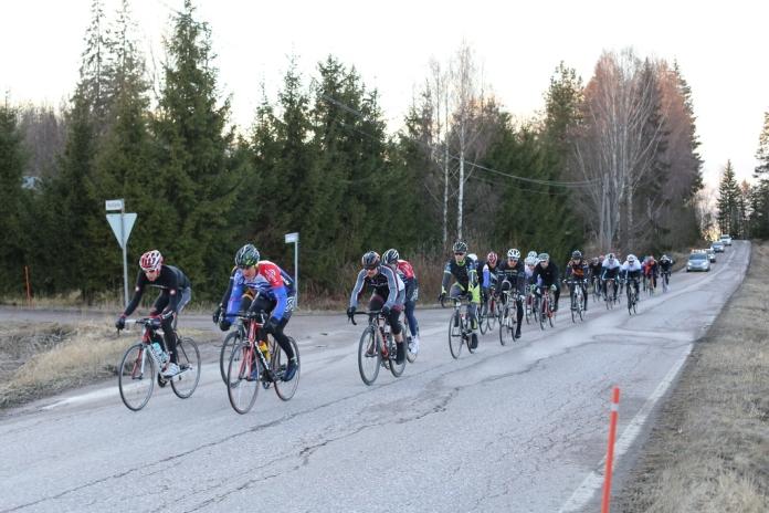 Bianchi Cupin avauskisassa Riihimäellä 14.4.2014. (neljäs kuski, harmaa paita).
